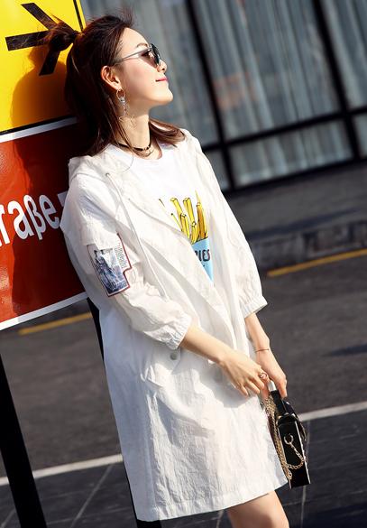 衣饰馨语2017春夏新款欧洲站女士中长款防晒衣字母贴布连帽宽松休闲防晒薄外套