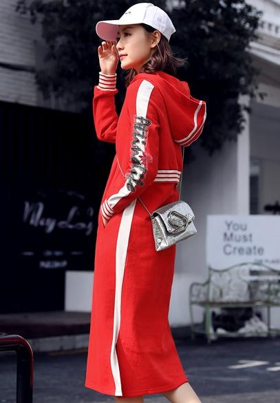 衣饰馨语2018春季新款韩版中长款修身显瘦字母绣花针织连帽连衣裙