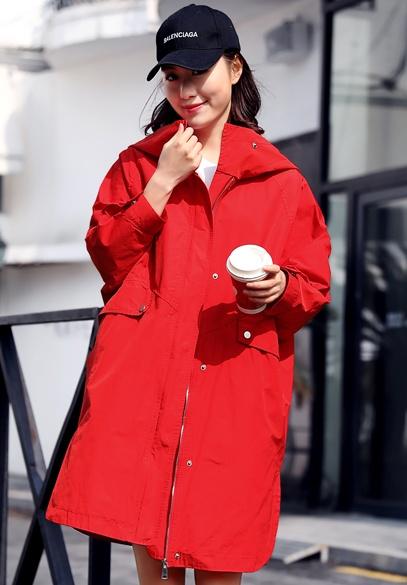 衣饰馨语2018春季韩版宽松中长款连帽外套女士时尚字母绣花风衣潮