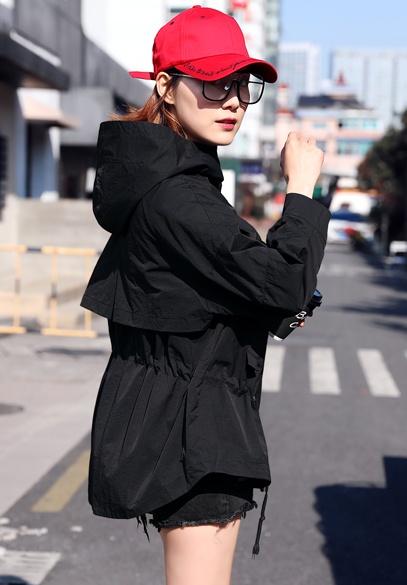 衣饰馨语2018春装新款韩版女士时尚宽松连帽斗篷型短款风衣外套潮