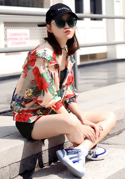 衣饰馨语2018夏季新款宽松连帽蝙蝠型女士印花防晒衣服轻薄透气短外套