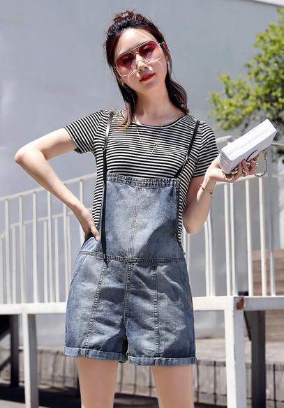 衣饰馨语2018夏季新款减龄牛仔背带短裤女修身显瘦翻边背带裤T恤两件套