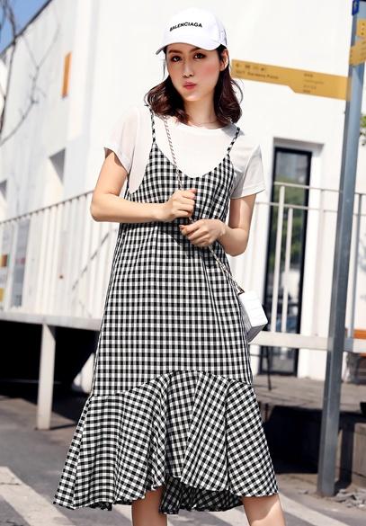 衣饰馨语2018夏季新款女士格子吊带裙T恤两件套韩版中长款大裙摆连衣裙(下架)