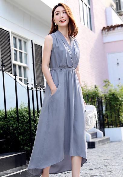 衣饰馨语2018夏季新款韩版高腰显瘦V领无袖女士长裙大裙摆铜氨丝连衣裙