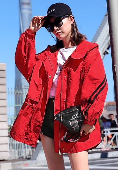 衣饰馨语2018秋季新款韩版宽松蝙蝠袖连帽收腰外套女时尚字母绣花小风衣