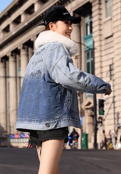 衣饰馨语2018冬季新款短款牛仔棉衣女时尚字母印花狐狸毛领加绒牛仔外套
