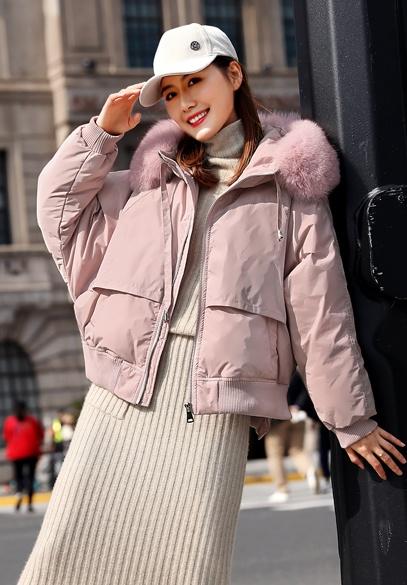 衣饰馨语2018冬季新款短款小版羽绒服女时尚狐狸毛领连帽印花羽绒外套